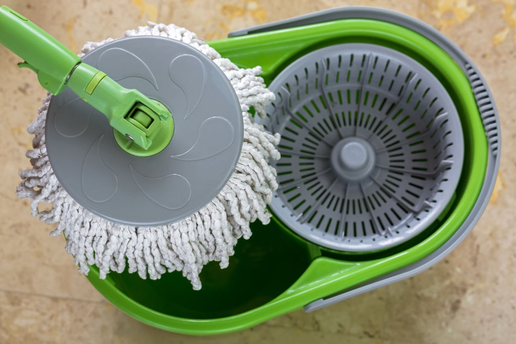 Spin mops have microfiber heads that are effective in removing dirt, molds, grime, and other hard-to-remove stains on the floor